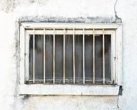 Corra abajo de ventana exterior del sótano necesitando la reparación Barras de metal externas instaladas para prevenir intrusione Imagen de archivo libre de regalías