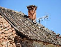 Corra abajo del tejado de la casa Imagen de archivo libre de regalías