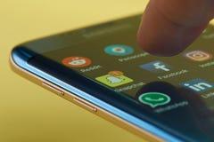 Corra el uso del facebook en smartphone Imagen de archivo