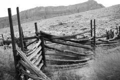 Corral abbandonato in bianco e nero Fotografie Stock