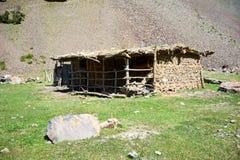 Corral dans les régions montagneuses du Kirghizistan Photographie stock libre de droits