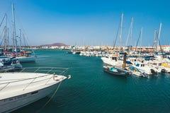 Corralejo地平线与口岸和小船的在它 库存图片