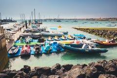 Corralejo地平线与口岸和小船的在它 免版税图库摄影
