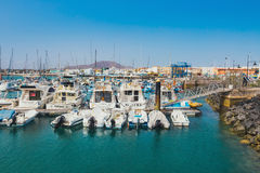 Corralejo地平线与口岸和小船的在它 图库摄影