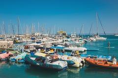 Corralejo地平线与口岸和小船的在它 免版税库存图片