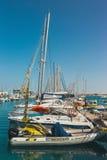 Corralejo地平线与口岸和小船的在它 免版税库存照片
