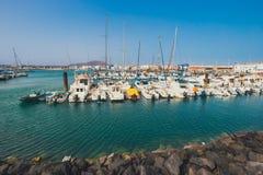 Corralejo地平线与口岸和小船的在它 库存照片