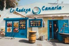 Corralejo街道视图与酒吧和餐馆的口岸的 图库摄影