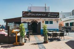 Corralejo街道视图与酒吧和餐馆的口岸的 库存照片