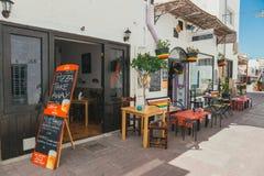 Corralejo街道视图与酒吧和餐馆的口岸的 免版税库存图片