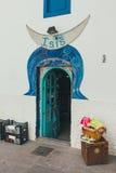 Corralejo街道视图与酒吧和餐馆的口岸的 库存图片
