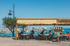 Corralejo街道视图与酒吧和餐馆的口岸的 免版税图库摄影