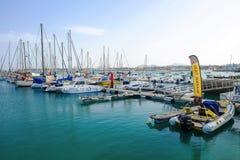 CORRALEJO费埃特文图拉岛西班牙- 2017年10月18日:与小船的口岸 免版税库存图片