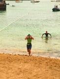 CORRALEJO - 7. April: Frauen beenden das schwimmende Teil des Rennens Lizenzfreie Stockfotos