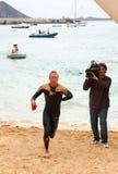 CORRALEJO - 7. April: Männer beenden das schwimmende Teil des Rennens Stockfoto