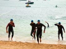 CORRALEJO - 7. April: Männer beenden das schwimmende Teil des Rennens Lizenzfreie Stockfotos