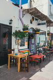 Corralejo Treet视图与酒吧和餐馆的口岸的 库存图片