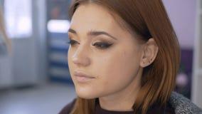 Correção da sobrancelha As testas fazem o corte de cabelo e a sobrancelha que denominam no salão de beleza 4K vídeos de arquivo