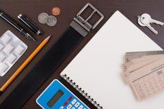 Correa accesoria con la pluma, el cuaderno y el chicle en la tabla de madera Foto de archivo libre de regalías