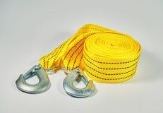 Correa amarilla del remolque Ciérrese para arriba de los ganchos de la cuerda de remolque Imagen de archivo