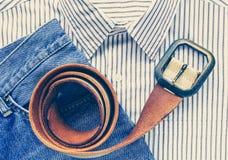 correa con mezclilla y la camisa azules del dril de algodón fotos de archivo libres de regalías