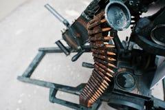 Correa de cartucho de la munición en la ametralladora Fotos de archivo