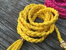 Correa de cuero amarilla de la torsión de la cuerda Foto de archivo libre de regalías