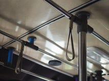 Correa de la ejecución de la mano del ángulo bajo en correa colgante selectiva del ángulo del buslow a mano en el autobús fotografía de archivo libre de regalías