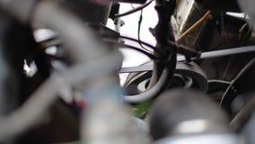 Correa del alternador de la correa dentada en el movimiento en un motor de coche corriente metrajes