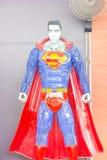 CORREA DEL ANG, TAILANDIA - 3 DE ABRIL: Superhombre hecho del remanente del iro fotografía de archivo