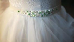 Correa muy hermosa en un vestido de boda hecho de cristales metrajes