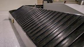 Correa vacía del equipaje en terminal de aeropuerto almacen de metraje de vídeo