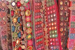 Correas étnicas coloridas con los espejos en el mercado en GOA, la India Recuerdos tibetanos fotos de archivo libres de regalías