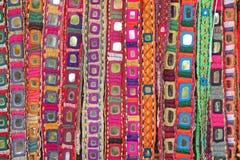 Correas étnicas coloridas con los espejos en el mercado en GOA, la India Tibe fotos de archivo libres de regalías