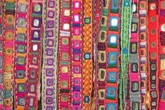 Correas étnicas coloridas con los espejos en el mercado en GOA, la India Tibe fotografía de archivo