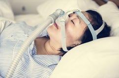 Correas de una barbilla de la mujer anti-que roncan que llevan fotos de archivo