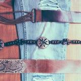 Correas y vaqueros del vintage en fondo de madera Imagen de archivo