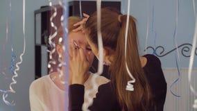 Corrección de las cejas en el salón de belleza almacen de metraje de vídeo