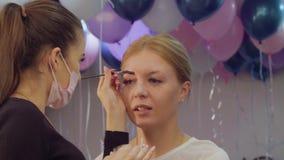 Corrección de las cejas en el salón de belleza almacen de video