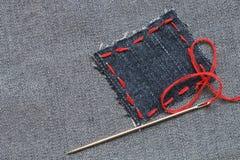 Corrección de los pantalones vaqueros Fotos de archivo libres de regalías
