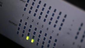 Correcte equaliser wanneer de audiomixer wanneer registrerend geluid werkt stock videobeelden