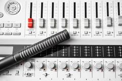Correcte mixer met hificondensatormicrofoon Stock Foto