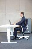 correcte zittingspositie bij werkstation - mens in kostuum - royalty-vrije stock foto