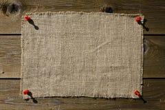 Correction de textile sur le mur en bois image stock