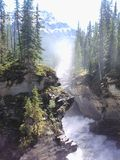 Corredeira através dos penhascos no pé das montanhas Fotografia de Stock Royalty Free
