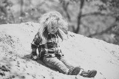 Corrediça da criança da pilha da areia no dia idílico foto de stock royalty free