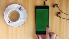 Corrediça da mão da mulher da tela do verde de Smartphone vídeos de arquivo