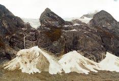 Corrediça da neve do passeio em a montanha de Huayhuash, Peru fotos de stock