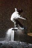 Corrediça da tempestade da noite do Snowboard Imagem de Stock Royalty Free