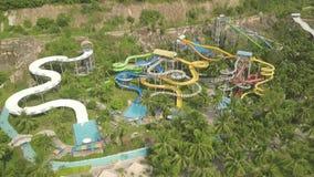 Corrediça de água colorida na opinião do zangão do parque do aqua do divertimento Povos que têm o divertimento que monta em corre filme